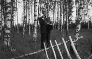 Professori Sakari Saarnijoki luennoi. Kuva: Visaseuran retkeily 1970 / ©METLA/Reino Saarnio